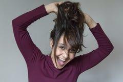 Piękna młoda kobieta ma zabawę w domu lifestyles fotografia stock