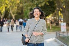 Piękna młoda kobieta ma zabawę w parku zdjęcia royalty free