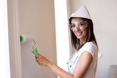 Piękna młoda kobieta maluje jej mieszkanie zdjęcie royalty free