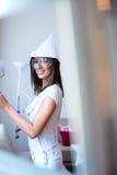 Piękna młoda kobieta maluje jej mieszkanie fotografia stock