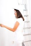 Piękna młoda kobieta maluje mieszkanie Zdjęcie Royalty Free