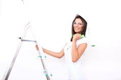 Piękna młoda kobieta maluje mieszkanie zdjęcia royalty free