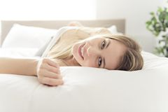 Piękna młoda kobieta na łóżku, 20s roczniak obrazy royalty free