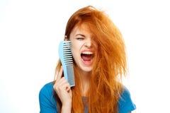 Piękna młoda kobieta na białym odosobnionym tle, grępla, fryzura Obrazy Royalty Free