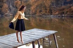 Piękna młoda kobieta na drewnianym moscie Obraz Stock