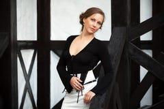Piękna młoda kobieta na ganeczku obraz stock