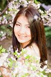 Piękna młoda kobieta na kwiatu tle Zdjęcia Royalty Free