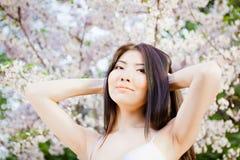 Piękna młoda kobieta na kwiatu tle Zdjęcie Royalty Free