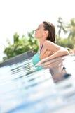Piękna młoda kobieta na pływackim basenie Zdjęcia Royalty Free