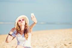 Piękna młoda kobieta na plaży przy słonecznym dniem Zdjęcia Stock