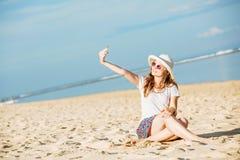 Piękna młoda kobieta na plaży przy słonecznym dniem Zdjęcie Royalty Free