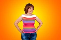 Piękna młoda kobieta na pomarańczowym tle Fotografia Stock