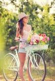 Piękna młoda kobieta na rowerze Zdjęcie Stock