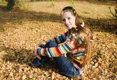 Piękna młoda kobieta na spacerze w jesieni Obraz Royalty Free