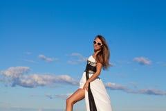Piękna młoda kobieta nad niebieskim niebem fotografia royalty free
