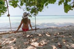 Piękna młoda kobieta odpoczywa na egzot plaży na huśtawce wellness lifestyle zdjęcie stock