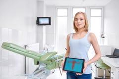 Piękna młoda kobieta odwiedza lekarkę fotografia royalty free