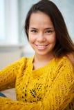 Piękna młoda kobieta ono Uśmiecha się Indoors Obraz Stock