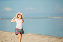 Piękna młoda kobieta opowiada dalej przy plażą zdjęcie stock