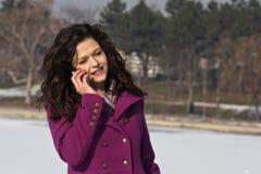 Piękna młoda kobieta opowiada na telefonie Obrazy Royalty Free