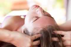 Piękna młoda kobieta otrzymywa twarzowego masaż zdjęcie royalty free