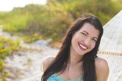 Piękna młoda kobieta outdoors Zdjęcie Royalty Free