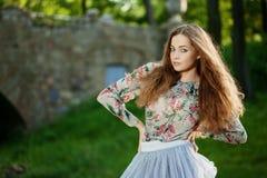 Piękna młoda kobieta outdoors fotografia royalty free