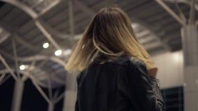 Piękna młoda kobieta outside na ulicie, pozujący dla kamery, ono uśmiecha się ciemność Niskiego kąta materiał filmowy zbiory wideo