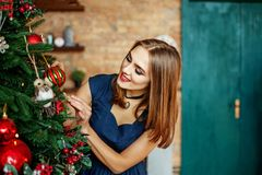 Piękna młoda kobieta ozdabia choinki Miejsce dla ins Obrazy Royalty Free