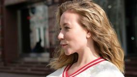 Piękna młoda kobieta patrzeje kamerę, czuć szczęśliwy i uśmiechnięty zdjęcie wideo