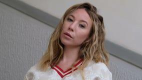 Piękna młoda kobieta patrzeje kamerę, ufny i elegancki _ zbiory wideo