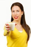 Piękna młoda kobieta pije mleko obrazy stock