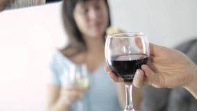 Piękna młoda kobieta pije szampana piękno ladys z szkłem wino zbiory wideo