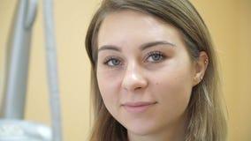 Piękna młoda kobieta po procedury, rzęs rozszerzenia Procedura brudzenie i laminowanie eyelashesin salon zdjęcie wideo