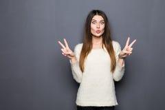 Piękna młoda kobieta pokazuje pokoju zwycięstwa znaka Zdjęcie Royalty Free