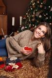 Piękna młoda kobieta pokazuje serce Zdjęcia Stock