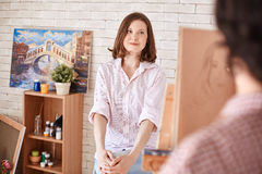 Piękna młoda kobieta Pozuje dla portreta obrazy royalty free