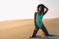 Piękna młoda kobieta pozuje na piasku w pustynne diuny Fotografia Stock