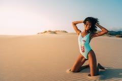 Piękna młoda kobieta pozuje na piasku w pustynne diuny Obraz Royalty Free