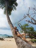Piękna młoda kobieta pozuje na tropikalnej plaży podczas letniego dnia Zdjęcia Royalty Free