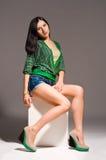 Piękna młoda kobieta pozuje siedzieć fotografia royalty free