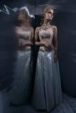 Piękna młoda kobieta pozuje w ślubnej sukni Zdjęcia Stock