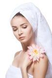 Piękna młoda kobieta pozuje w białym ręczniku. Obraz Royalty Free
