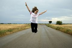 Piękna młoda kobieta pozuje w sposobie między dwa pszenicznymi polami chmurny dzień Miedzianowłosy nastolatek zdjęcie stock