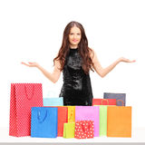 Piękna młoda kobieta pozuje z kolorowymi torba na zakupy Obraz Royalty Free