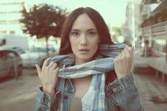 Piękna młoda kobieta pozuje z szalikiem Obrazy Stock