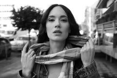 Piękna młoda kobieta pozuje z szalikiem Obraz Stock