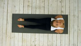 Piękna młoda kobieta pracująca out indoors, robić joga ćwiczeniu w izbowym, zmniejszający się - stawiać czoło psią pozę, adho muk Zdjęcia Stock