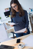 Piękna młoda kobieta pracuje w jej biurze Obrazy Royalty Free