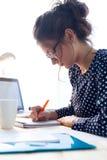 Piękna młoda kobieta pracuje w jej biurze Obraz Stock